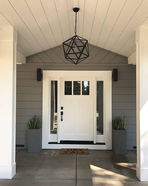 Бяла входна врата за дома