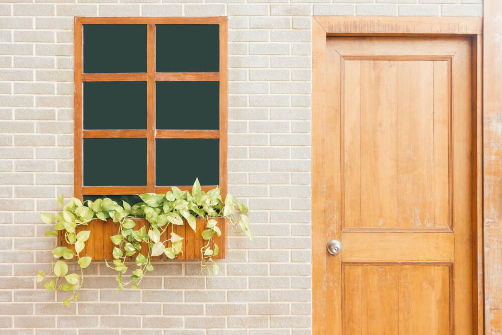 Дървена входна врата