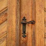 Как да предпазите входните врати от слънчевите лъчи?
